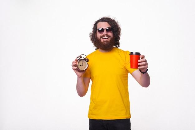 Foto de jovem sorrindo e bebendo café