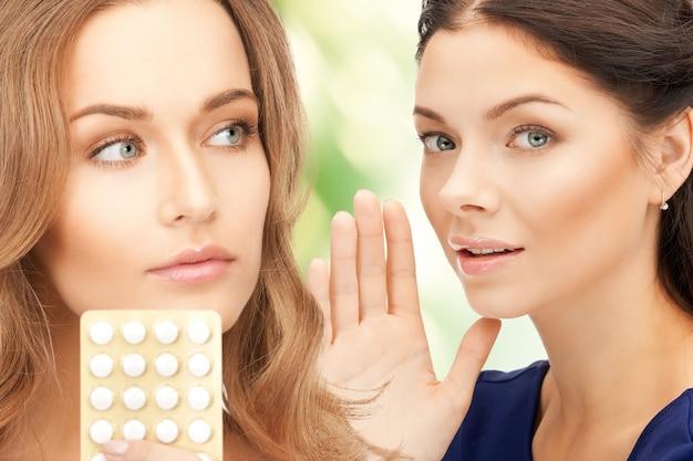 Foto de jovens mulheres bonitas com comprimidos
