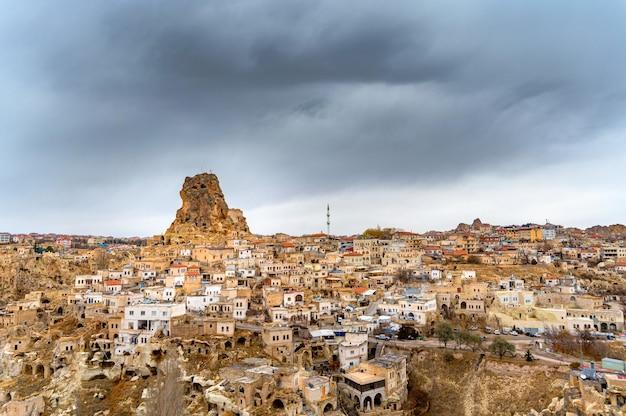 Foto de landskape de ortahisare restaurou a igreja jambazli do século 13 e a fortaleza na rocha