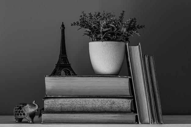 Foto de livros em tons de cinza