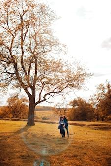 Foto de longe de um casal caminhando no parque