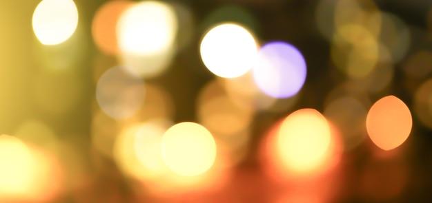 Foto de luzes da cidade à noite turva. fundo abstrato do teste padrão no efeito bokeh.