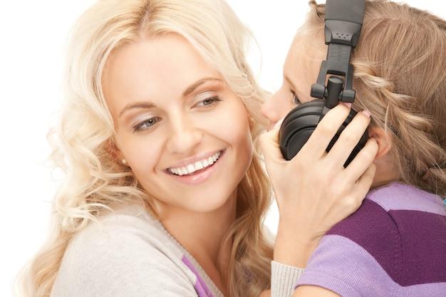 Foto de mãe e filha com fones de ouvido