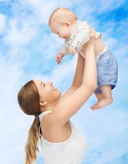 Foto de mãe feliz com bebê adorável.