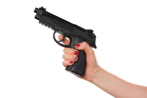 Foto de mão de mulher segurando revólver isolado