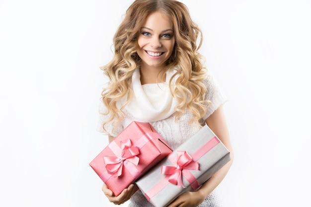 Foto de menina alegre com caixa de presente em um fundo branco