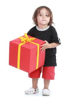 Foto de menino com caixa de presente grande isolada sobre o fundo branco