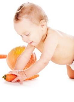 Foto de menino de fralda com vegetais