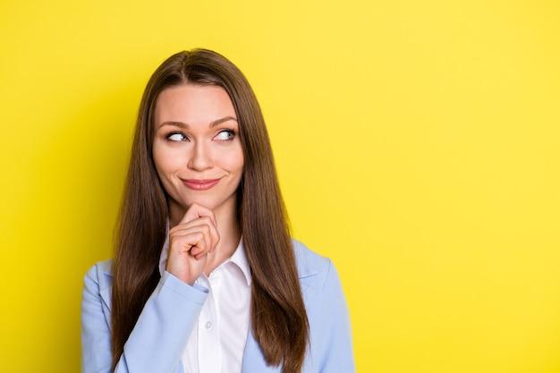 Foto de mente inteligente especialista em negócios chefe garota tocar mão queixo olhar copyspace pensar pensamentos decidir empresa decisão vestir terno azul isolado sobre fundo de cor brilhante brilho