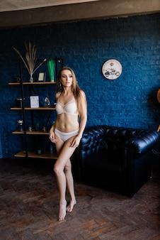 Foto de moda arte boudoir de mulher linda e linda em lingerie. corpo perfeito. estilo de casamento. manhã nupcial