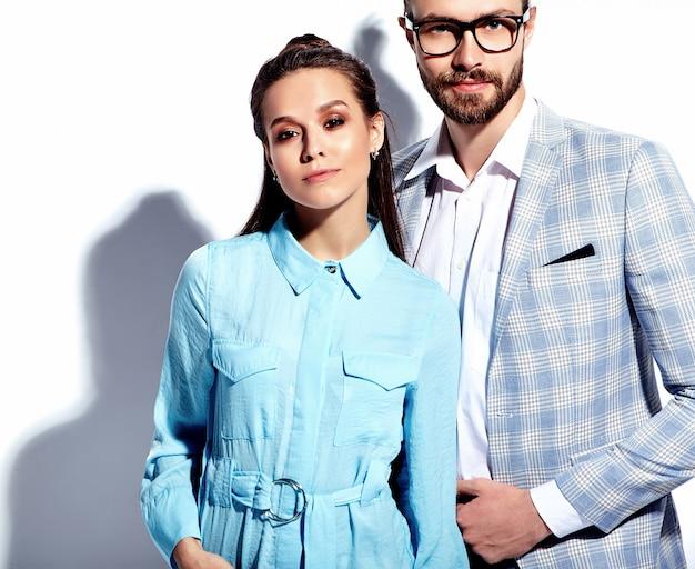 Foto de moda de homem bonito e elegante em copos de terno com bela mulher sexy vestido colorido em branco