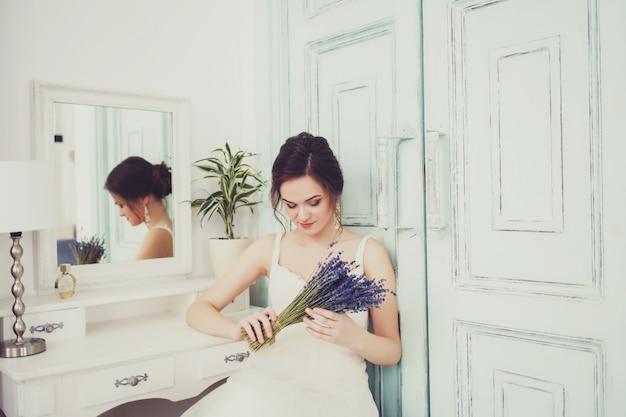Foto de moda de uma linda noiva com flores