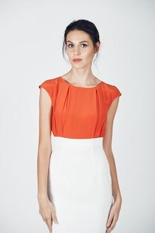 Foto de moda jovem mulher magnífica em um branco