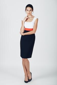 Foto de moda jovem mulher magnífica em um preto