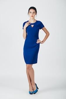 Foto de moda jovem mulher magnífica em um vestido azul