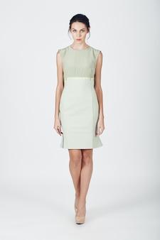 Foto de moda jovem mulher magnífica em um vestido brilhante