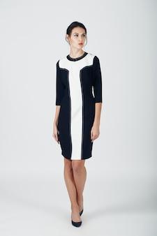 Foto de moda jovem mulher magnífica em um vestido preto. menina