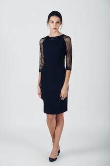 Foto de moda jovem mulher magnífica em um vestido preto
