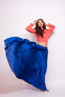 Foto de moda jovem mulher magnífica no vestido azul.