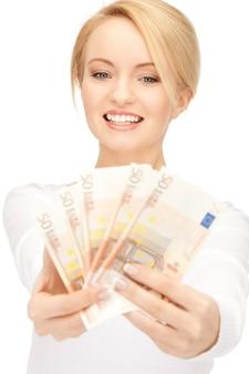 Foto de mulher adorável com dinheiro em euros