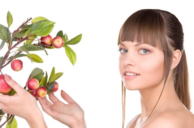 Foto de mulher adorável com galho de maçã