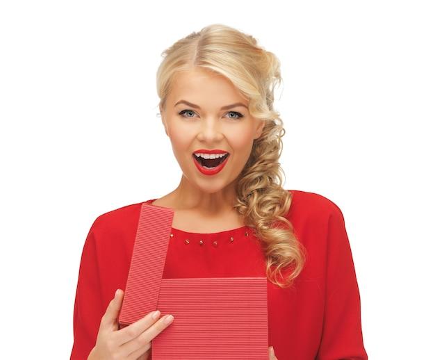 Foto de mulher adorável em vestido vermelho com caixa de presente aberta