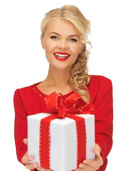 Foto de mulher adorável em vestido vermelho com presente