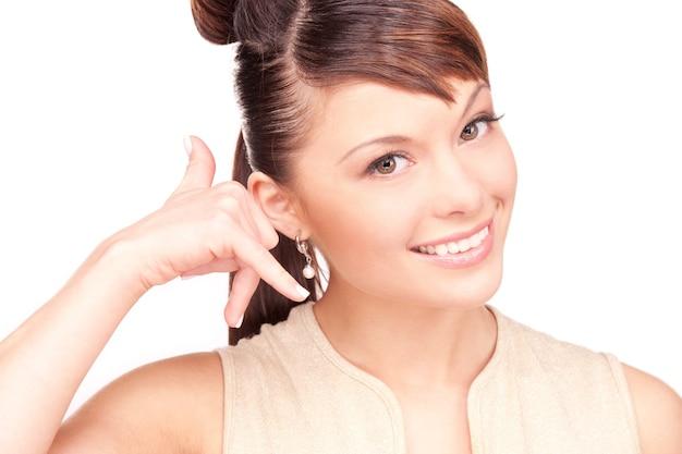 Foto de mulher adorável fazendo um gesto de me ligar