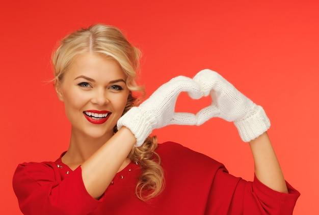 Foto de mulher adorável mostrando formato de coração