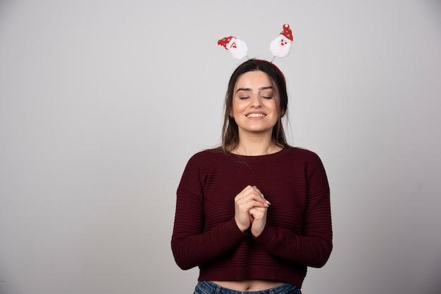 Foto de mulher alegre e feliz usando bandana de máscaras em quadrinhos humorísticos