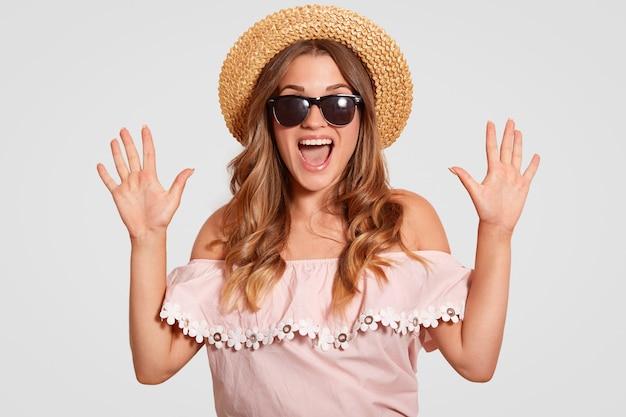 Foto de mulher atraente espantada com expressão muito feliz