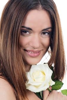 Foto de mulher bonita com rosa branca