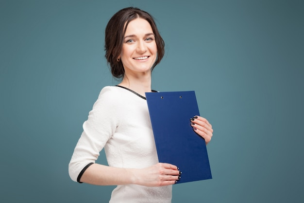Foto de mulher bonita em roupas leves, com gravações nas mãos