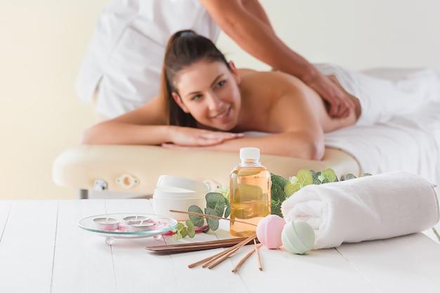 Foto de mulher bonita feliz no salão de massagem