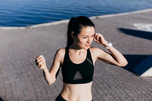 Foto de mulher bonita jovem esportes correndo música ao ar livre.
