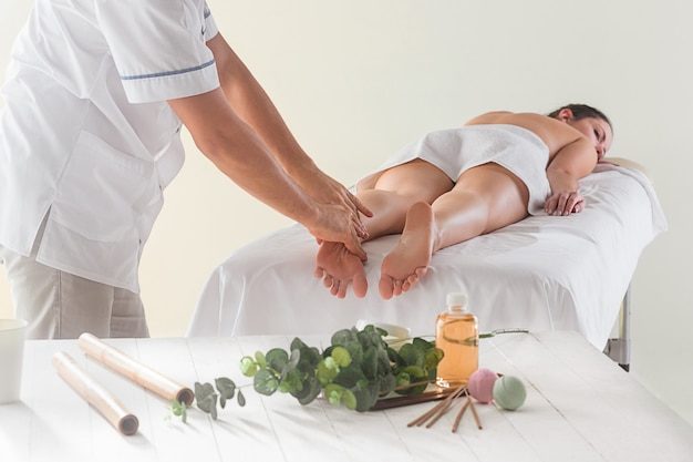 Foto de mulher bonita no salão de massagem