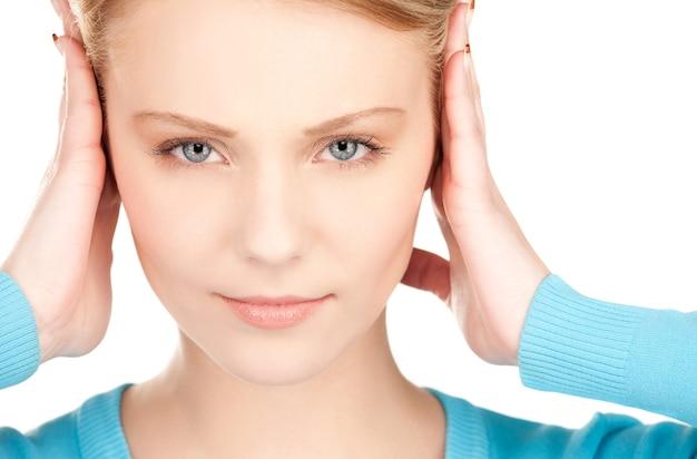 Foto de mulher com as mãos nas orelhas