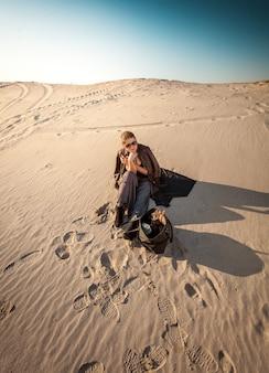 Foto de mulher com bolsa perdida no deserto