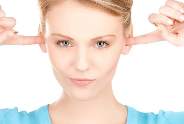 Foto de mulher com dedos nas orelhas