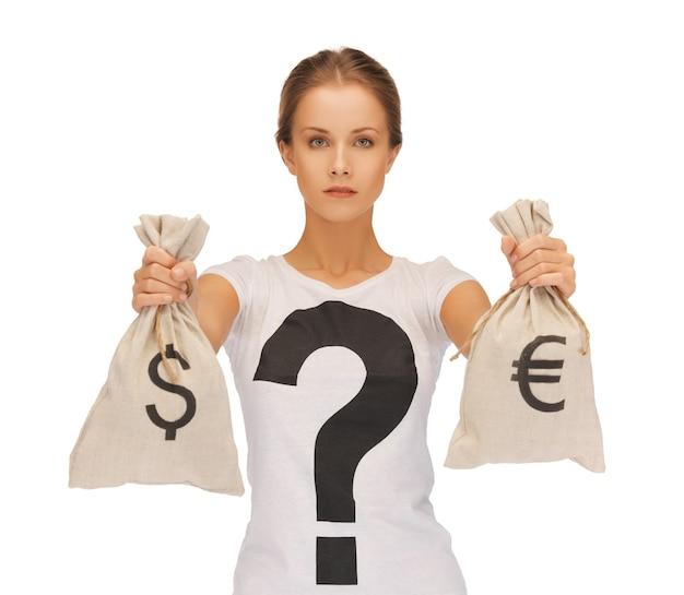 Foto de mulher com sacos autografados de dólar e euro