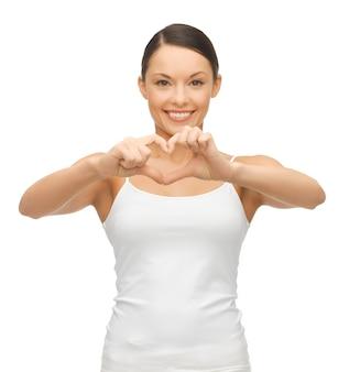 Foto de mulher em t-shirt em branco formando coração