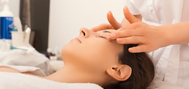 Foto de mulher fazendo tratamento facial para pele e massageando no cosmetologista