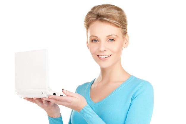 Foto de mulher feliz com laptop