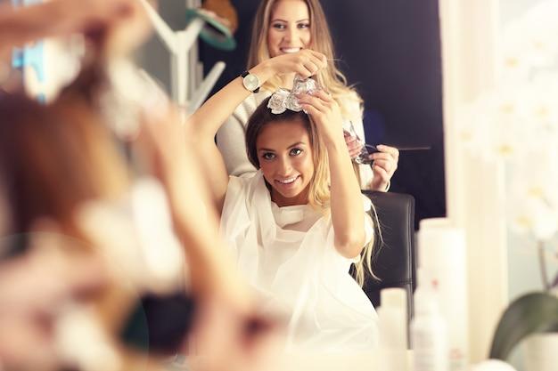 Foto de mulher feliz em estúdio de cabeleireiro