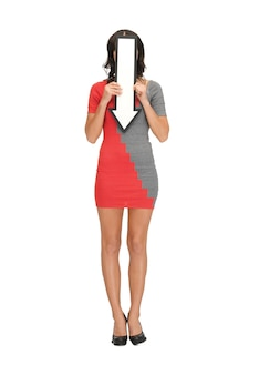 Foto de mulher infeliz com sinal de seta de direção