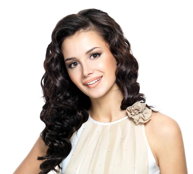 Foto de mulher jovem com cabelo comprido e cacheado bonito