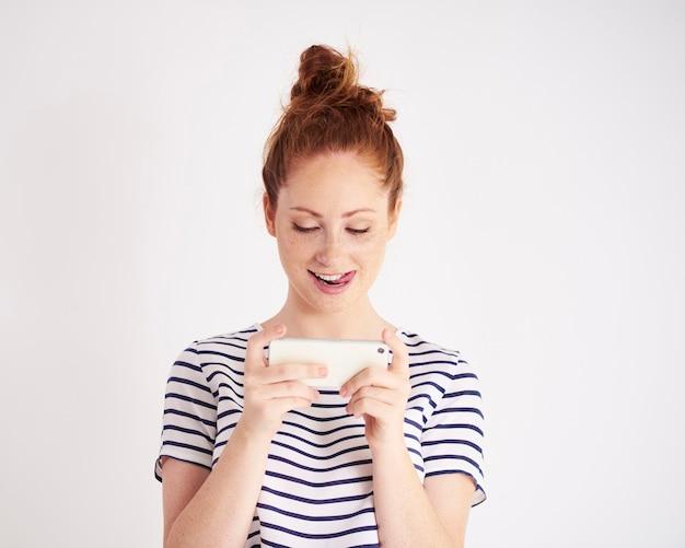 Foto de mulher jovem enviando mensagem de texto