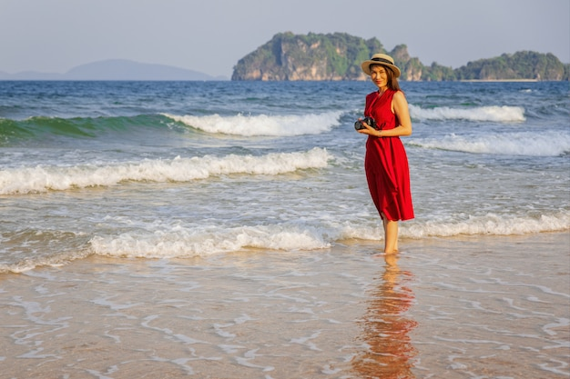 Foto de mulher tomada na praia