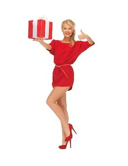 Foto de mulher vestida de vermelho com caixa de presente