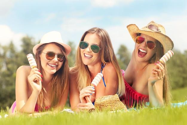 Foto de mulheres felizes relaxando com sorvete ao ar livre